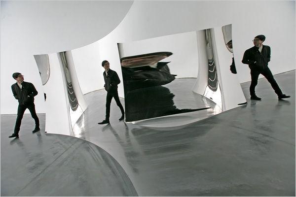Anish Kapoor © Double Vertigo, acier inoxydable incurvé, dimensions variables,2012
