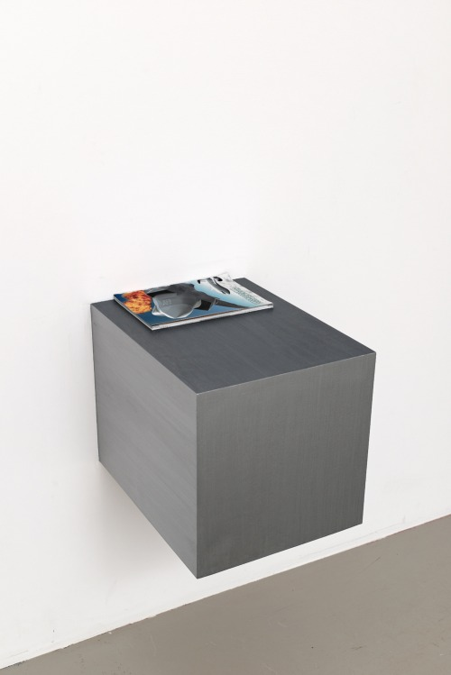 Meiro Koizumi © Fullmetal,Installation (2 wooden objects, magazines), courtesy of the artist and Annet Gelink Gallery, Amsterdam, 2014