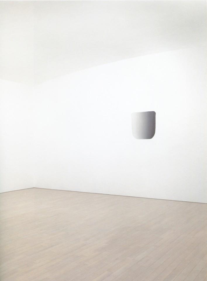Lee Ufan © Dialogue 2010 Installation au Musée Lee Ufan à Naoshima Peinture murale : Espace au sol 720 x 900 cm 330 cm  (hauteur minimum) - 360 cm (hauteur maximum)