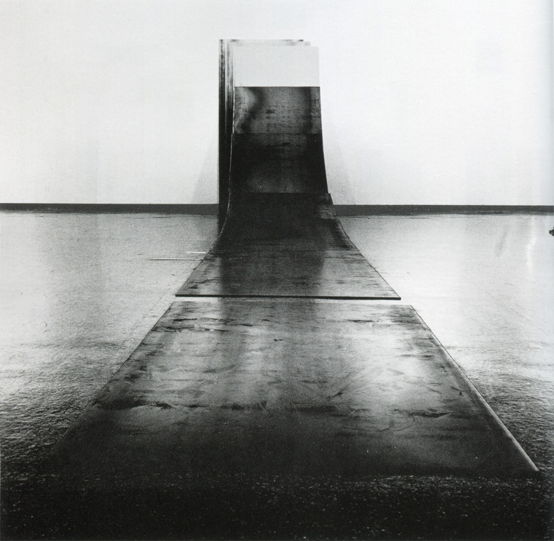 Lee Ufan ©  Relatum 1970 Fer, mur 20 x 140 x 800 cm