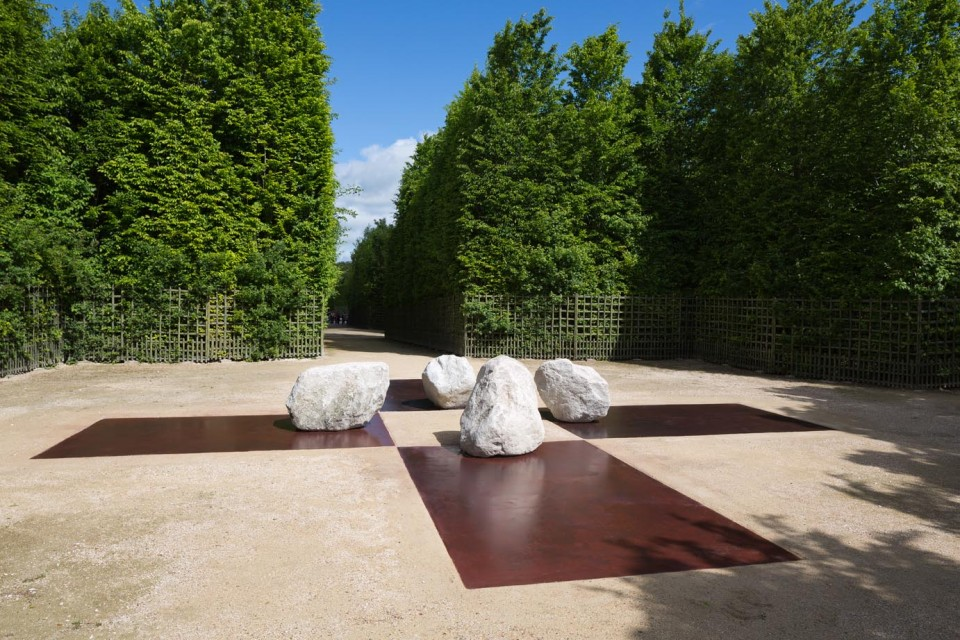 "Lee Ufan © Relatum - Four sides of messengers 2014 Acier et 4 pierres 120 x 1050 x 1050 cm  View of the exhibition ""Lee Ufan, Versailles"", Château de Versailles, 2014  Photo. Tadzio"