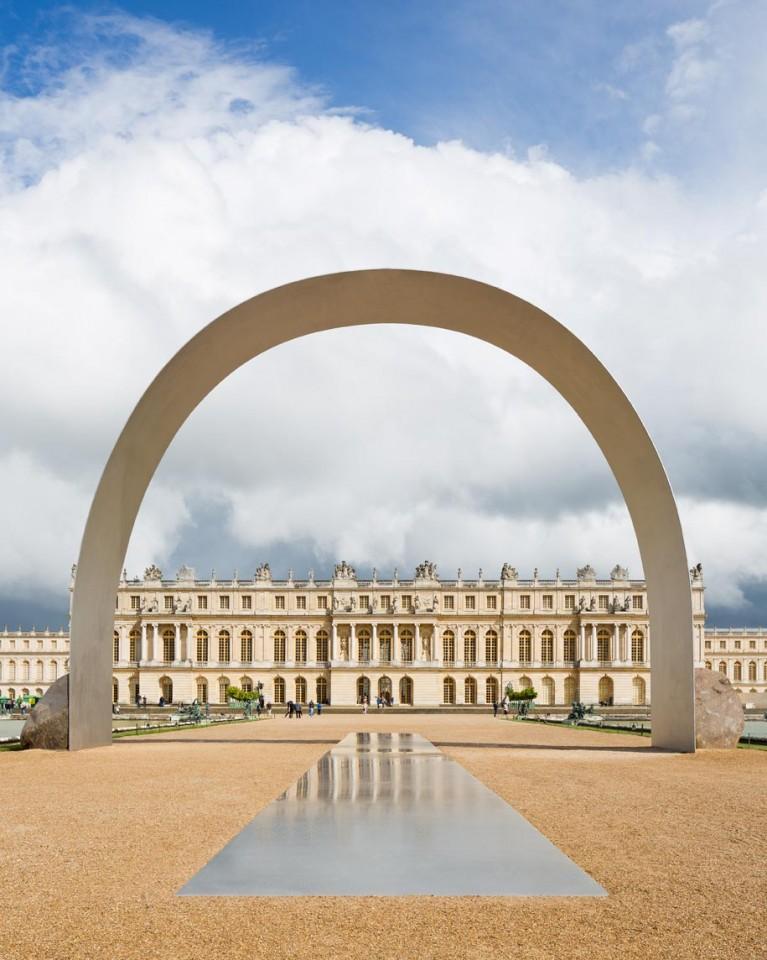 """Lee Ufan ©  Relatum - L'Arche de Versailles 2014 Acier inoxydable et 2 pierres 1113 x 1500 x 300 cm   Vue de l'exposition """"Lee Ufan, Versailles"""", Château de Versailles, 2014  Photo. Tadzio"""