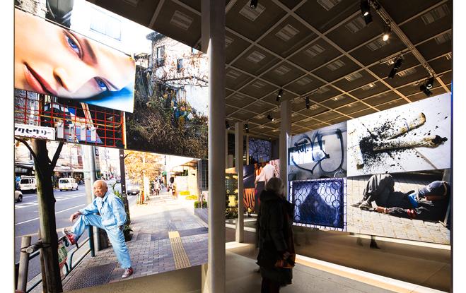 Vue de l'exposition Daido Moriyama Daido Tokyo (6 février - 5 juin 2016). Photo : Luc Boegly.